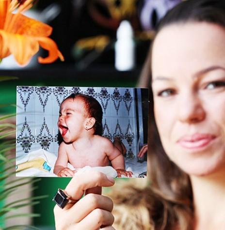 Anna Paula Caldeira e a foto quando bebê.  Imagem: Acervo O Globo - FOTO 8 -