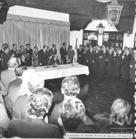 Alfredo Stroessner, presidente do Paraguai, pronunciando-se na solenidade de constituição da Itaipu Binacional.  Imagem: Acervo Fundação Getúlio Vargas - FOTO 2 -