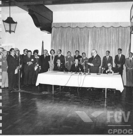 Presidente brasileiro Ernesto Geisel em sua alocução na assinatura do Trata do de Foz do Iguaçu, em maio de 1974. Imagem: Acervo Fundação Getúlio Vargas - FOTO 3 -