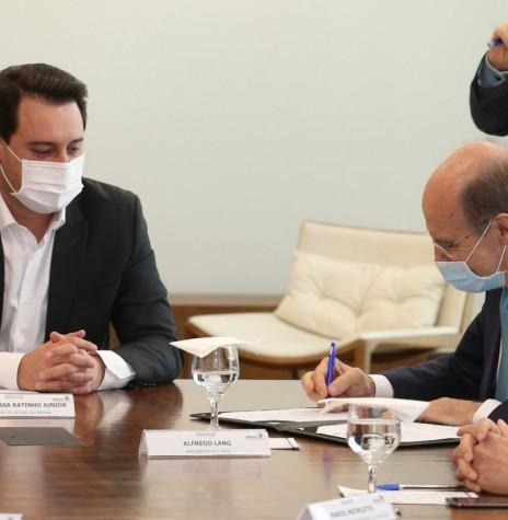 Alfredo Lange, diretor-presidente da C-Vale assinando o protocolo com o Governo do Paraná, na presença do governador Ratinho Junior, em setembro de 2020. Imagem: Acervo C-Vale - FOTO 23 -