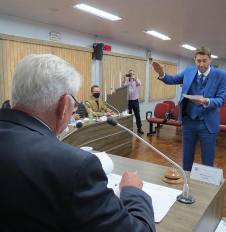 Marcio AndreI Rauber presta juramernto e toma posse como 17º prefeito municipal de Marechal Cândido Rondon perante a Câmara de Vereadores. Imagem: Acervo Imprensa CM-MCR - FOTO 49