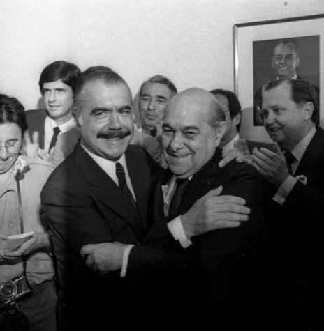 José Sarney e Tancredo Neves se saudando após a vitória no Colégio Eleitoral, em janeiro de 1985. Imagem: Acervo Atila Vicente Rangel Franco/O Brasil do Passado - FOTO 8 -