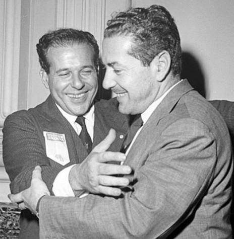 João Goulart (e) sendo cumpriementado pelo cunhado Leonel Brizola, em foto de 1963. Imagem: Acervo Hora do Povo - FOTO 5  -