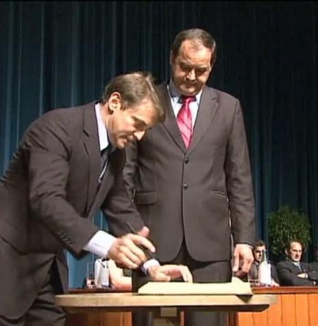 Beto Luniti ao lado do vice-prefeito Ademar Dorfschmidt assina o termo de posse como prefeito municipal do município de Toledo para o quadriênio 2021/2024. Imagem: Acervo G1 Globo - FOTO 73 -