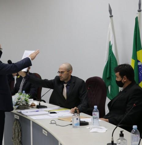 Leomar Rohden (Mano) prestando juramento  e posse como prefeito municipal de Pato Bragado, para o quadriênio 2021/2024, em sessão solene da Câmara Municipal.  Imagem: Imprensa PM-PB - Crédito Marili Koehler Bressan - FOTO 52 --