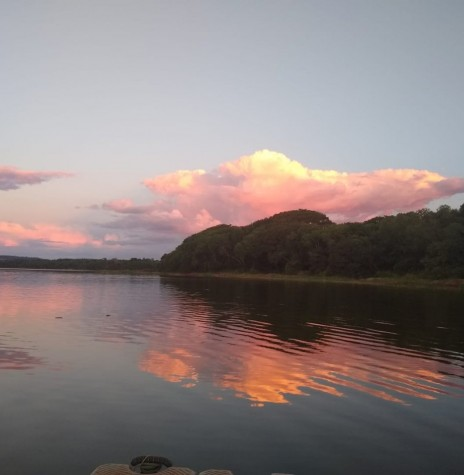 Fim de tarde no distrito rondonense de Porto Mendes, com destaque para às águas do Reservatório da Itaipu Binacional.  Imagem: Acervo e crédito de Ilda Bet -FOTO 8 -