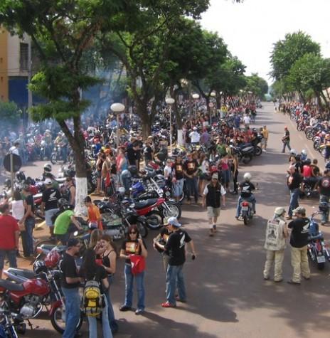 Moto passeio de Marechal Cândido Rondon que se deu em 1º de abril de 2007. Publico reunido nas confluências das Avenidas Maripá e Rio Grande do Sul.  Imagem: Acervo Kaefer Motos (Marechal Cândido Rondon) - FOTO 5 -