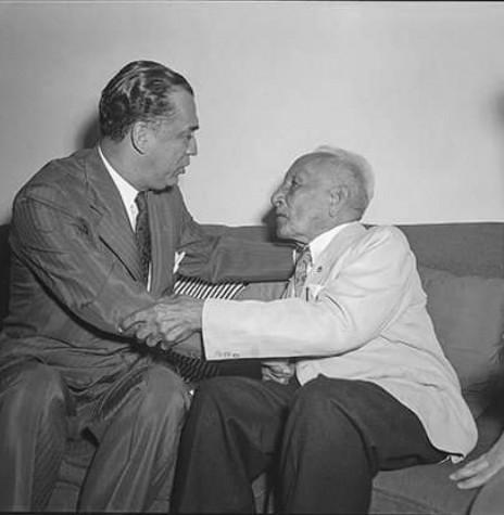 General Rondon (paletó branco) conversando com o Presidente Juscelino Kubitscheck, no Salão Nobre do Congresso Nacional, antes da Sessão Solene.   Imagem: Acervo Arquivo Nacional - FOTO 4 -