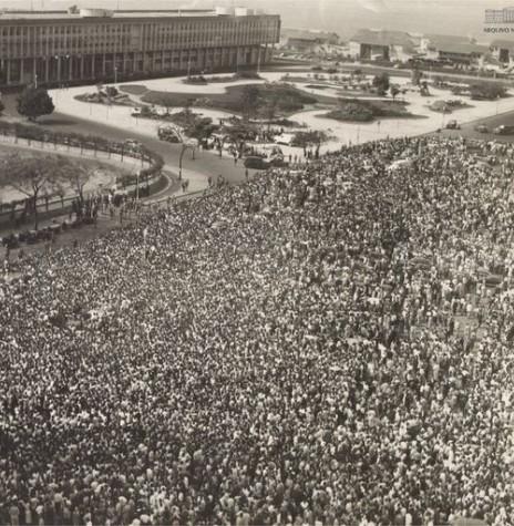 Concentração de populares na cidade do Rio de Janeiro na despedida ao Presidente Getúlio Vargas, morto no dia 24 de agosto de 1954. Imagem: Acervo Arquivo Nacional - FOTO 2 -