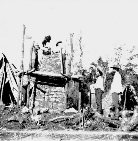 Comissão construíndo o marco brasileiro junto a barra do Rio Iguaçu, em julho de 1903. Imagem: Acervo Henrique Morize? Museu da Aeronáutica e Ciências Afins (MAST) - Rio de Janeiro  - FOTO 3 -
