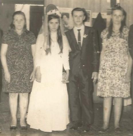 Noivos Maria Borelli e Azelindo Langer com os respectivos pais, na data de casamento em setembro de 1971. Imagem: Acervo Denise Langer - FOTO 6  --