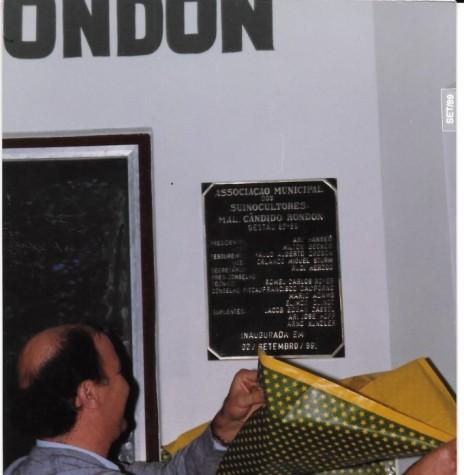 Danilo Matielo, presidente da Associação de Suinocultores de Toledo, descerrando a placa de inauguração da sede própria da Associação de Sunocultores de Marechal Cândido Rondon, em setembro de 1989. Imagem: Acervo APS-MCR - FOTO 3 -