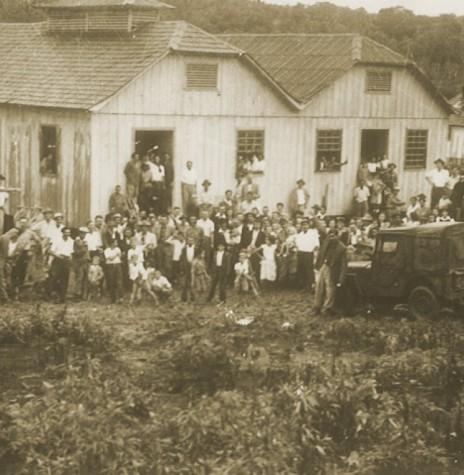 Princípio da colonização do atual município de Medianeira, em outubro de 1951.  Imagem: Acervo Revista Mosaicos (Foz do Iguaçu) - FOTO 3 -