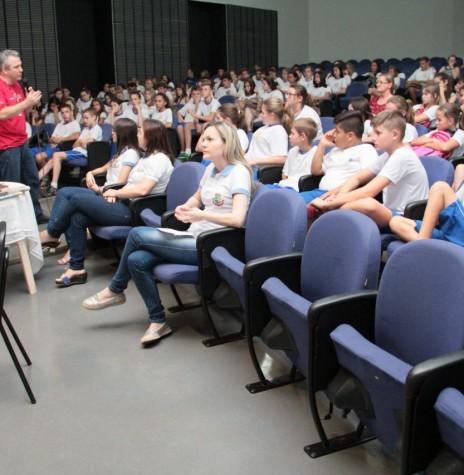 Paulo de Oliveira palestrando para alunos da rede escolar do município de Pato Bragado.  Imagem: Acervo Imprensa PM - Pato Bragado - FOTO 6 -