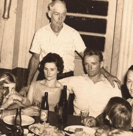 Cristiano Kempfer ( em pé), pioneiro rondonense que faleceu em 09 de abril de 1969.   Da esquerda para a direita: Elmo Cassel; Wilmo Schneider, no colo Rosigle Schneider;  o casal Rui Schneider e Concordia (comemorando o casamento);  Cristiano Kemfer (em pé); Erna Kemfer;   e Naira Wendland, no colo Mirna e Marcia Wendland. Imagem: Acervo Laia Kemfer - FOTO 1 -