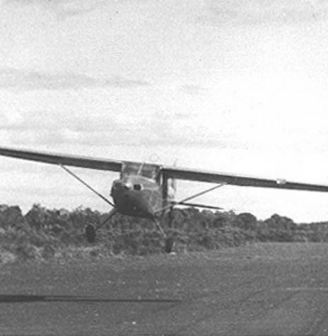 Avião em decolagem no primeiro e atual aeroporto de Toledo, em 1953.   É visível na imagem a pista de terra compactada. Imagem? Acervo Família Seyboth - FOTO 3 -
