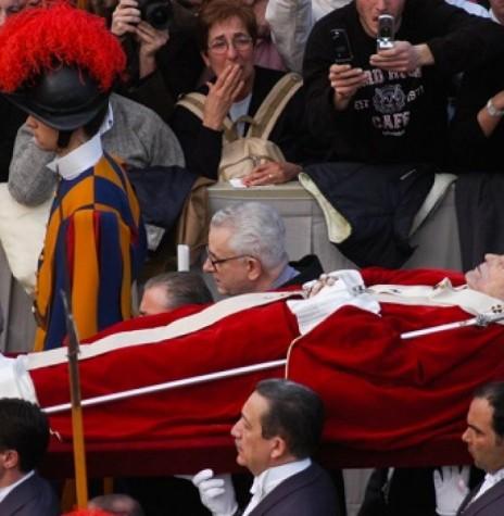 Corpo do Papa João Paulo II sendo levado para fora da Basílica do Vaticano para os funerais.  Imagem: Acervo History - FOTO 7 -