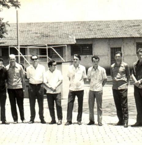 Diretores do Clube Concórdia eleitos em 28 de fevereiro de 1971. Da esquerda para a direita: Valdomiro de Oliveira, Edmundo Granich, Amário Saatkamp, o médico Hélio Sakuragui, Alcido Port, Zenon Dipp, Eugênio Müller e Auri Osmar Zart.  Imagem: Acervo Gustavo Port