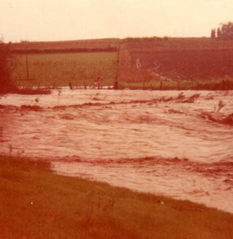 Enchente do Arroio Fundo na Linha Heidrich, no município de Marechal Cândido Rondon, nas chuvas de final de maio de 1983.  Imagem: Acervo Sônia Vorpagel Tischer - FOTO 12 --
