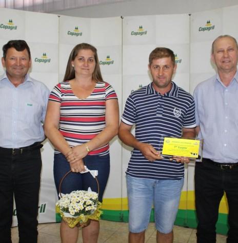 João Wochner e esposa  premiados em primeiro lugar na categoria acima de 21.001 litros/mês.  Imagem: Acervo Imprensa Copagril - Crédito: Carina Ribeiro -  FOTO 26