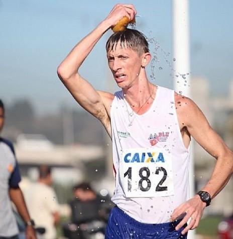 Atleta Moacir Zimmermann, vencedor geral da 3ª  Corrida Rústica da Reforma de Marechal Cândido Rondon.  Imagem: Acervo  CBAt - Crédito: André Schoroeder - FOTO 5 -
