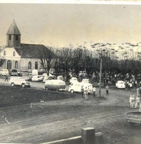 A primeira igreja (em madeira) da comunidade católica de Marechal Cândido Rondon, demolida em 20 de fevereiro de 1976.  Imagem: Acervo Memória Rondonense