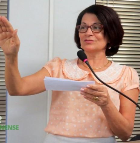 A funcionária pública Maria Amália Ritt Haab (PMDB) tomando posse no exercício de vereança,  na Câmara Municipal de Marechal Cândido Rondon . Acervo: Imagem Câmara Municipal de Marechal Cândido Rondon - FOTO 4 -