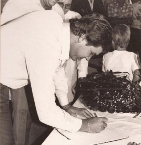 Vereador e presidente da Câmara Municipal de Marechal Cândido Rondon assinando o termo de posse como prefeito interino de Marechal Cândido Rondon, no come~ço de junho de 1983.  Imagem: Acervo pessoal - FOTO 14 -