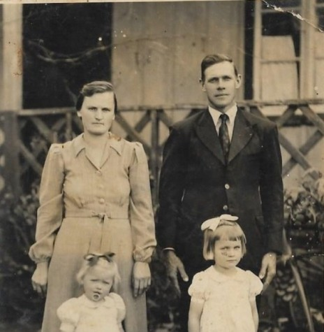 Rosa Olga e Guilherme Frederico Balkau, pioneiros rondonenses, fotografados em 1944, com as filhas Ilone e Hildegard, em Candeia, município de Santa Rosa (RS).  Imagem: Acervo da família. - FOTO 5 -