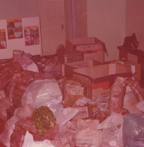 Mostra dos donativos angariados para os flagelados de Guaíra, em 1983.  Imagem: Acervo Memória Rondonense - FOTO 2 -