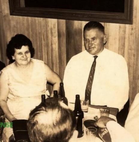 Casal pioneiro Amélia Vencatto e José Feiden, de traje branco, no centro, presente no baile de Kerb, de Marechal Rondon, que aconteceu de 15 a 17 de outubro de 1967.  À esquerda do casal, a pioneira Alice Hamann Weirich. A senhora, a direita, não identificada.  Imagem: Acervo Edite Feiden - FOTO 1 --