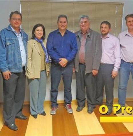 Deputado estadual Gilson de Souza (de camisa azul ao centro) aos integrantes do PSC de Marechal Cândido Rondon e pastores.  Da esquerda a direita: 1º - empresário Nilson Hachmann; 2º - não identificado; 3ª - não identificada; deputado Gilson de Souza; 5º -  engenheiro-civil Vitor Gacobbo; e 6º, 7º e 8º - não identificados.  Imagem: Acervo O Presente Digital -  Crédito: Mirely Weirich - FOTO 4 -