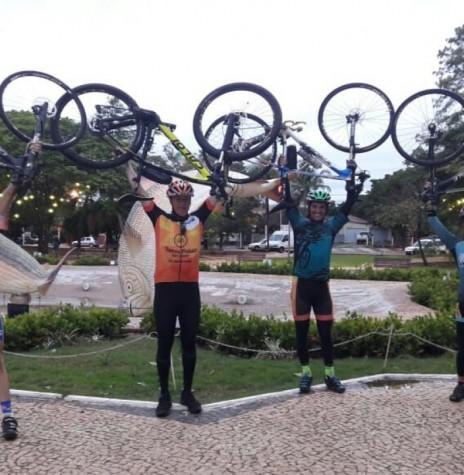 Ciclistas rondonenses na chegada à cidade de Bonito (MS).  Da direita à esquerda: Paul Lirio Berwig, Walmor Buche, Maicon Raupp e Marlise Berwig.  Imagem: Acervo pessoal - FOTO 9 -
