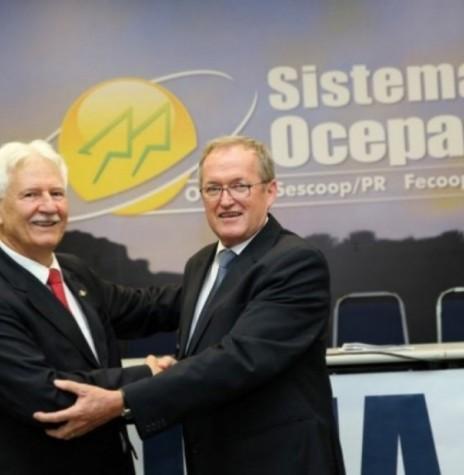 Transmissão de cargo de diretor-presidente da Ocepar, de José Paulo Koslovski (e) ao engenheiro-agrônomo José Roberto Ricken. Imagem: Acervo Ocepar – FOTO 6  –