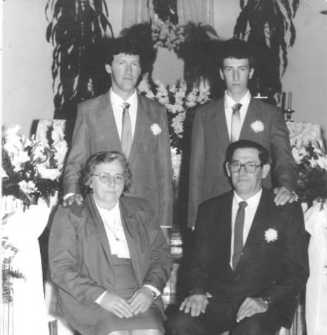 Casal Melita e Mildon Fiorini com os filhos Adir (e) e Edir, que chegou de mudança em Marechal Cândido Rondon, em outubro de 1968. Imagem: Acervo da família - FOTO 1 -