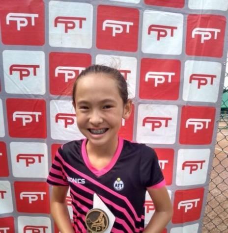 Tenista rondonense Emili Takano, vencedora do Campeonato Paranaense 2018, categoria até 12 anos.  Imagem: Acervo O Presente - FOTO 10 -
