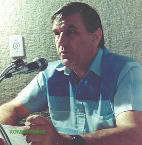 Comunicador Dorival Weber fotografado no começo de sua apresentação do programa