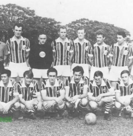 Equipe de futebol do Grêmio Esportivo Mercedes, de Mercedes, foi o primeiro campeão da Liga Rondonense de Esportes. Detalhe: três irmãos foram titulares do time campeão: Vilson Francener (goleiro), Paulo Francener (6º em pé, da esquerda para direita) e Nelson Francener (3º agachado, da esquerda a direita). Acervo: Altair Francener (Curitiba) - FOTO 4 -
