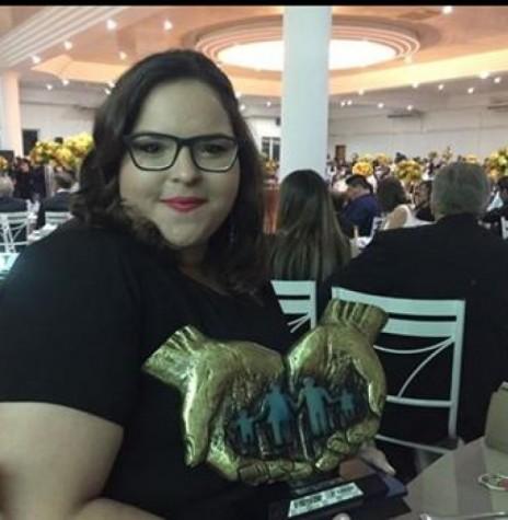 Jornalista Mirely Lins Weirich com o prêmio de 2ª colocada. na categoria impresso, no Prêmio Amop de Jornalismo 2016.  Imagem: Acervo O Presente - FOTO 4 -
