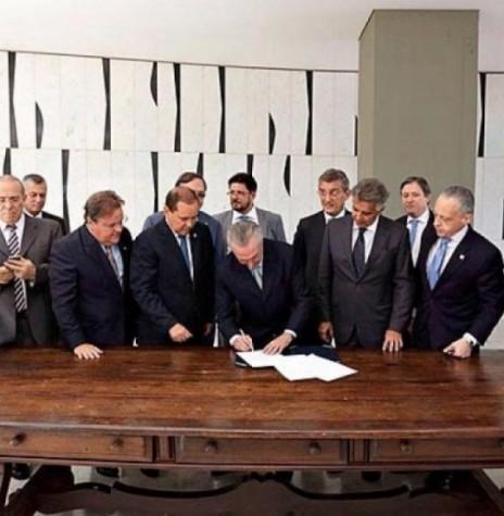 Momento em que o vice-presidente Michel Temer assinava o termo de contrafé de notificação para assumir interinamente a presidência da República. Imagem: blogs.ne10.uol.com.br - FOTO 9 –