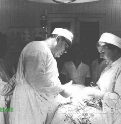 Dr. Friedrich Rupprecht Seyboth em procedimento cirúrgico com o auxílio da esposa Ingrun. Imagem: Acervo da Família Seyboth - FOTO 1 -