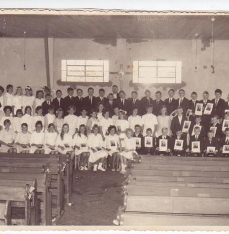 Grupo de confirmandos de 1969 da Comunidade Evangélica Martin Luther, de Marechal Cândido Rondon.  Ao fundo, junto ao cruzeiro o pastor Joachim Pawelke.  Imagem: Acervo Uschi Bofinger - Alemanha - FOTO 3 -
