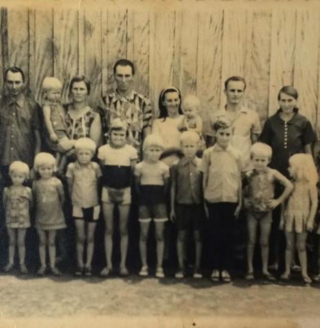 Família Schneider.   Da esquerda para a direita: minha mãe Ilga Borchardt Schneider, meu pai Edgar Schneider, minha tia Amanda Schneider (falecida ) com minha prima Ivanete Schneider no colo; meu tio Ito Schneider , minha Tia Lúcia Schneider Kurtz com minha prima Eliane Kurtz ;  meu tio  marido da tia Lúcia Alberto Kurtz,  minha avó Sophia Schneider e meu avô Henrique Schneider. As crianças, da esquerda para a direita,  minha irmã Ivete, eu (Isolde, Darci, Nair (meus irmãos); Iracema Schneider, Ilmo Schneider, meu tio caçula Herton Schneider (mora em Pato Bragado); meu primo Egon Kurtz, minha prima Emelda Kurtz e minha prima Elaide Kurtz. Esta foto foi tirada na frente da casa dos meus avós em Pato Bragado  no Domingo de Natal. (Identificação feita por Isolde Schneider) - Imagem: Acervo da Família - FOTO 2 -