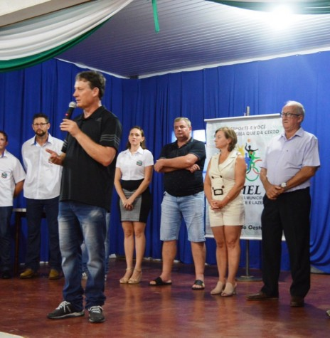 Prefeito municipal Jones Heiden fazendo a abertura oficial do 24º Campeonato Municipal de Futsal de Entre Rios do Oeste.  Imagem: Acervo Assessoria de Imprensa - PM-ERO - FOTO 11 -