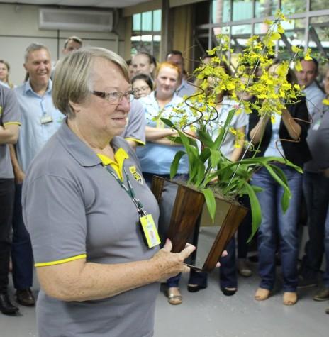 Dulci Debona agradecendo a homenagem pelos seus 45 anos como funcionária da Copagril. Imagem: Acervo Imprensa Copagril - Crédito: Carina Ribeiro - FOTO 9 -