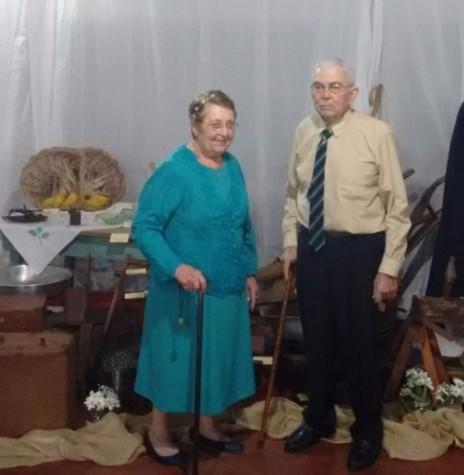 O casal Edmundo e Gertrudes (Lang) Koch, fotografado no dia da comemoração das Bodas de Diamente, junto aos objetos de uso do casal ao longo de vida de casados.  Imagem: Acervo Elisandra Sander - FOTO 4 -