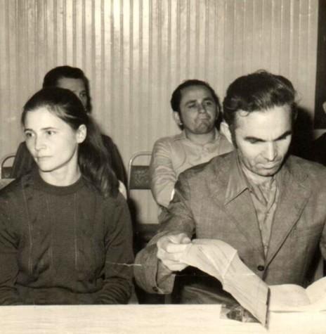 Almiro Bauermann examinando os documentos de sua posse com a esposa Selmira e filha, à direita.  Ao fundo, os vereadores Berdinand Spitzer e Nori Pooter, da direita à esquerda.  Imagem: Acervo Almiro Bauermann - FOTO 4 -