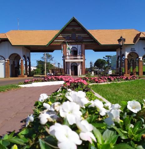 Amostra do projeto florístico implementado junto ao Portal da cidade de Marechal Cândido Rondon, em julho de 2019.  Imagem: Acervo Imprensa PM-Marechal Cândido Rondon - FOTO 22 -