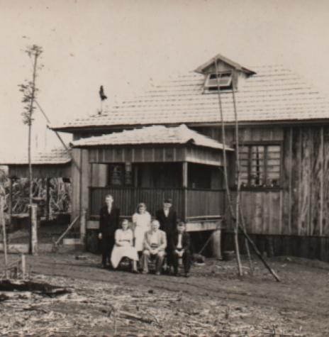 Casal pioneiro Charlotte e Wilhelm Stoef com o pai dela, August Frank (viúvo) e os filhos Bruno, Úrsula e o filho adotivo Lauro, em frente a residência construída em 1959.  Imagem: Acervo Bruno Stoef  - FOTO 1 -