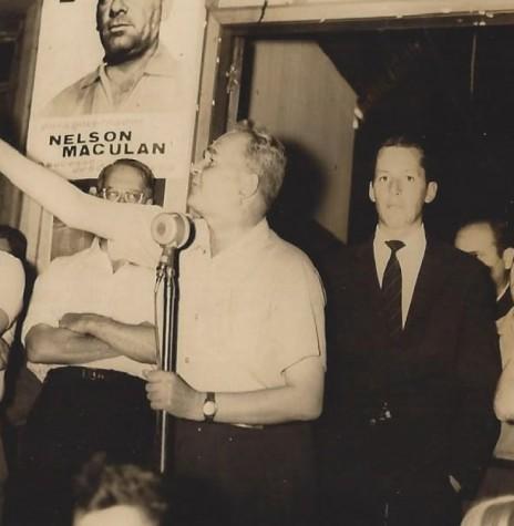 Willy Barth discursando durante comício em favor de sua candidatura à suplência de senador da República pelo Paraná.  Não foi possível identificar o local do comício.  Imagem: Acervo Memória Rondonense - FOTO 1 -